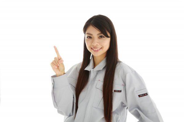 リフォーム 業者を紹介する女性