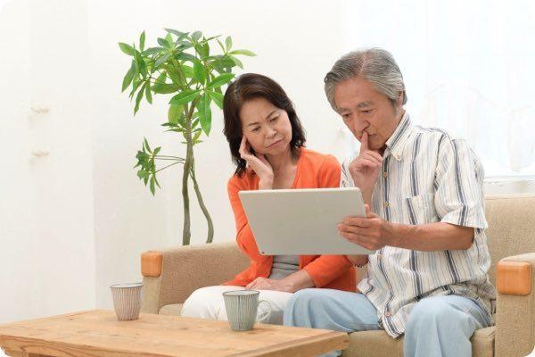 パソコンを眺める老夫婦