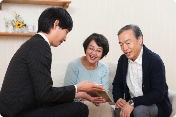 業者の見積もりに納得する老夫婦